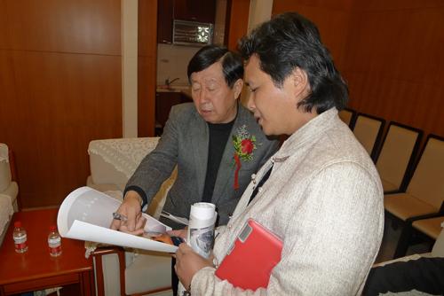 在北京與中國美術家主席劉大為交流作品設計